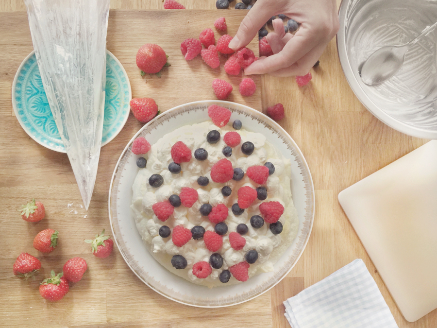 pavlova-jahody-making
